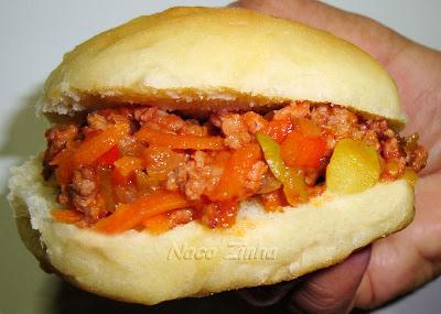 Sanduíche de pão de batata com molho de linguiça
