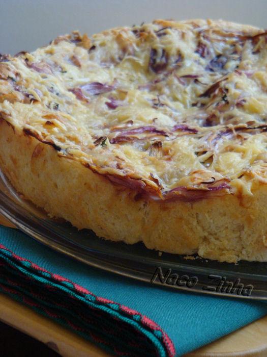Schiacciata com cebola roxa e queijo gruyère