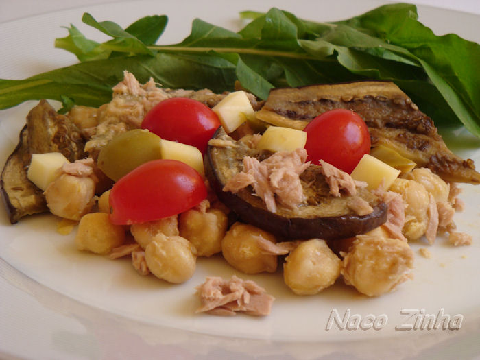 Salada de grão-de-bico, atum e berinjela