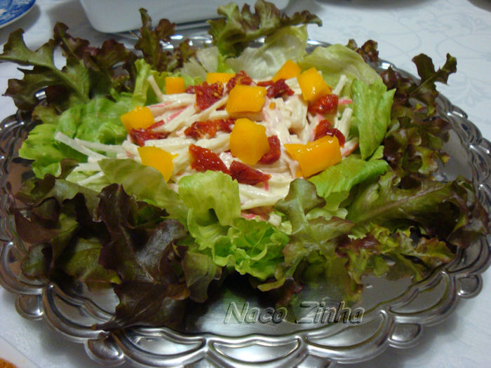 Salada de kani-kama, manga e tomate seco