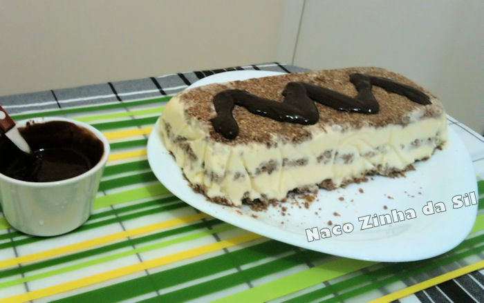 torta gelada com crocante de nozes