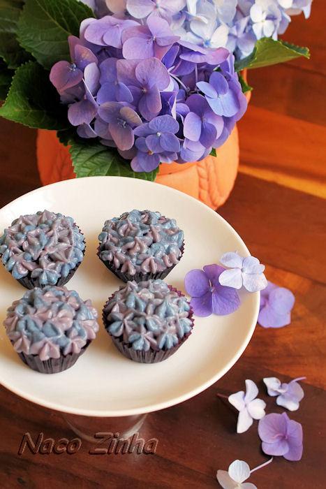 Cupcake de chocolate em forma de hortênsia