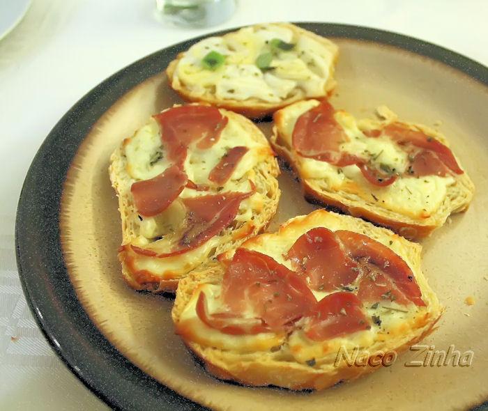 Bruschettas de copa com muçarela e queijo de cabra com champignon