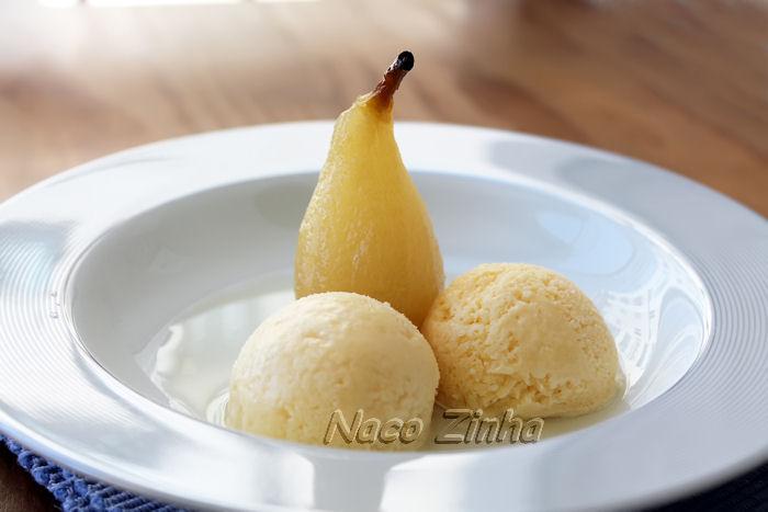Pera ao vinho branco com sorvete