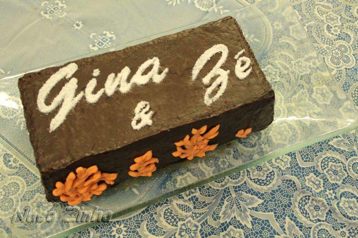 Bolo de chocolate recheado com rocambole