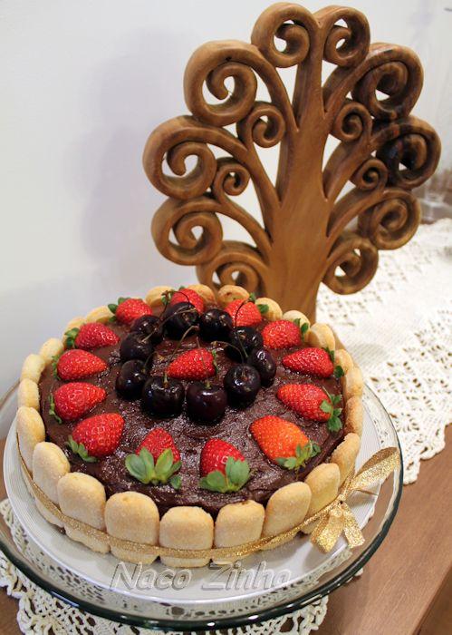 Bolo de chocolate com morango e cereja
