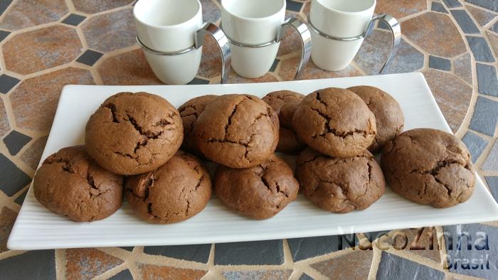 Cookies cacau com gotas de manteiga de amendoim