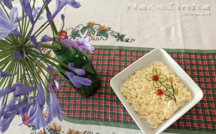Maionese decorada com flor de pepino e tomate cereja