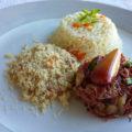 Carne seca com pinhão e farofa