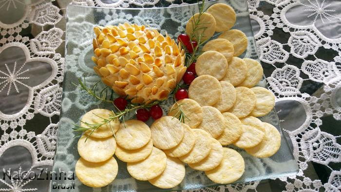 Patê de queijo em formato de pinha