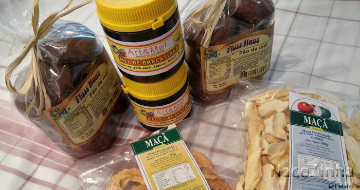 Mel de bracatinga, pão de mel e maçã desidratada