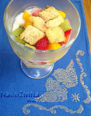 Gelatina com salada de frutas e crips de rabanada